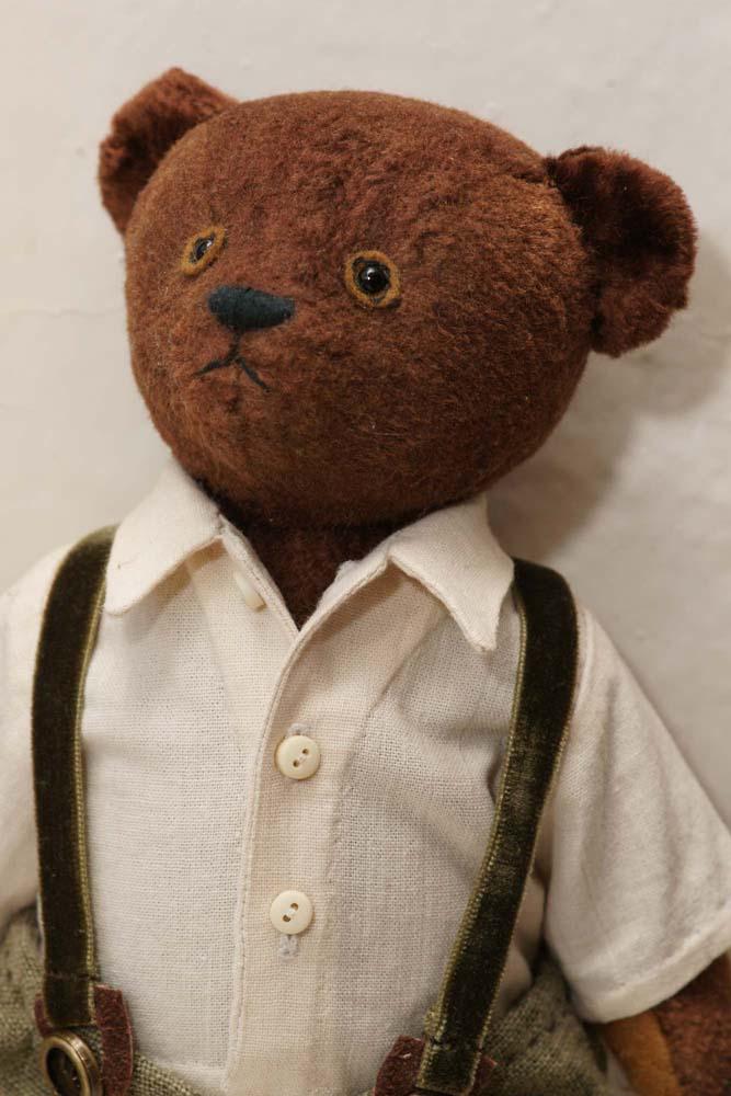 Плюшевый  мишка Тедди в одежде.