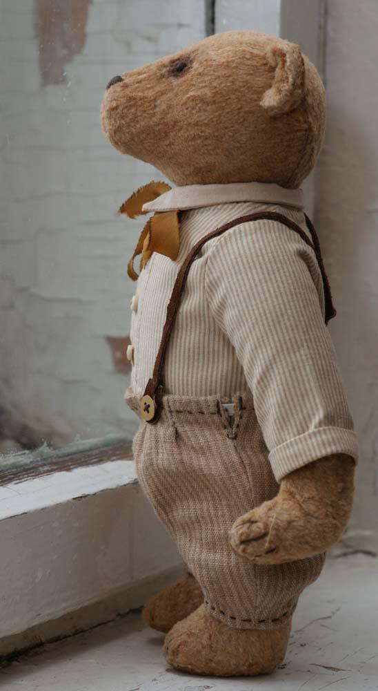Медведь ретро в рубашке и брюках