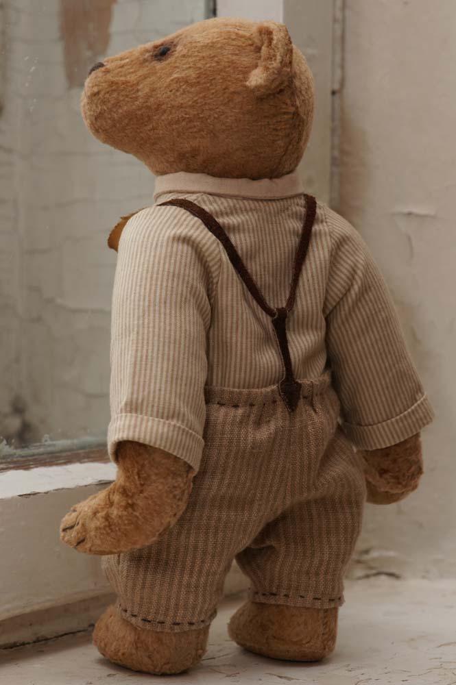 Медведь в штанишках с подтяжками.