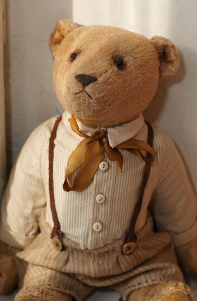 Антик медведь Тедди в стиле ретро интерьера