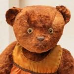 Нос мишки навощен, как у старых антикварных медведей в стиле ретро.