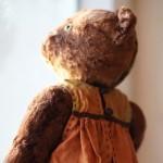 Платье медведя застегивается на две пуговички.