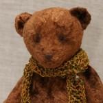 Медведь сшит из винтажного плюша, набит опилками сапеле.