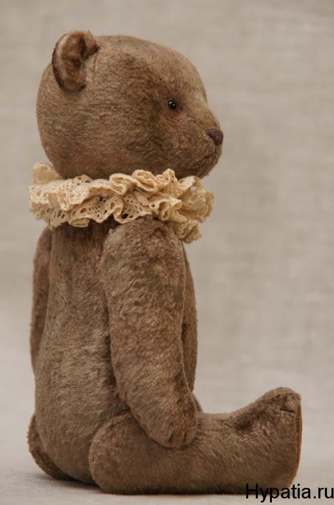Мишка сшит из винтажного плюша, набит опилками.