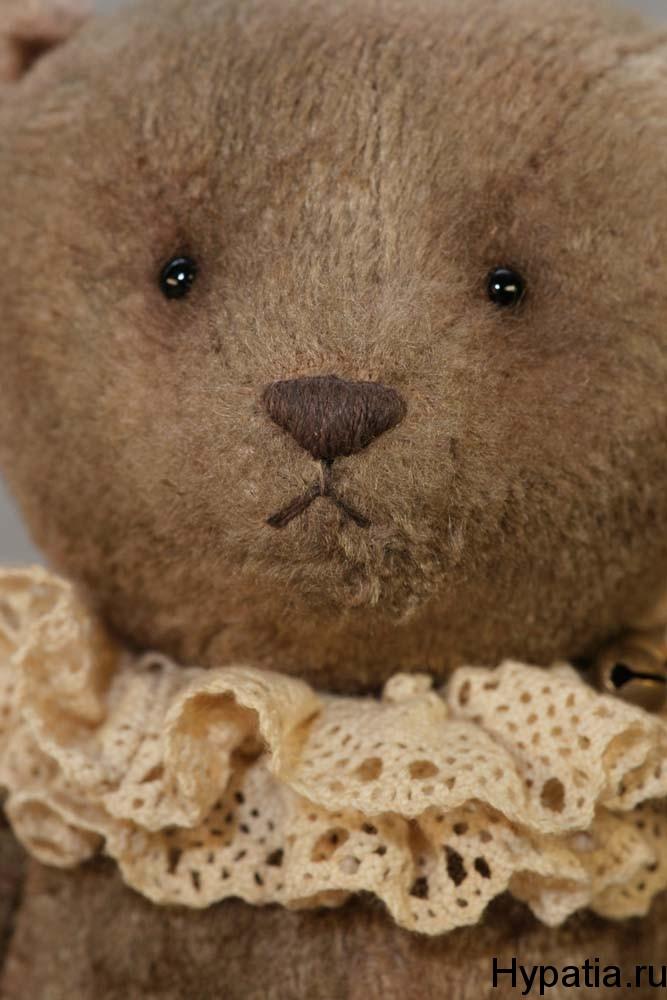 Носик медведя вышит нитками и навощён. Стеклянные глаза.