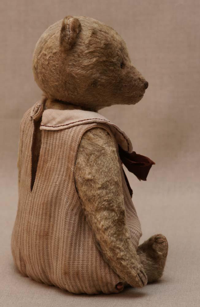 Медведь девочка в полосатом платье.
