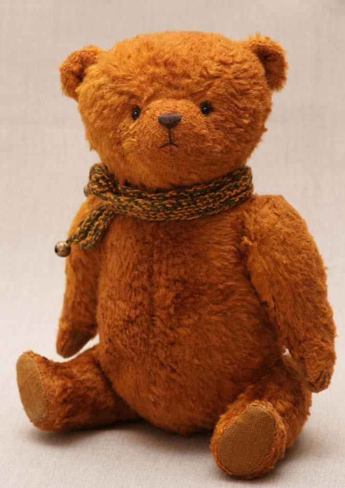 Медведь ручной работы сшит из винтажного плюша.