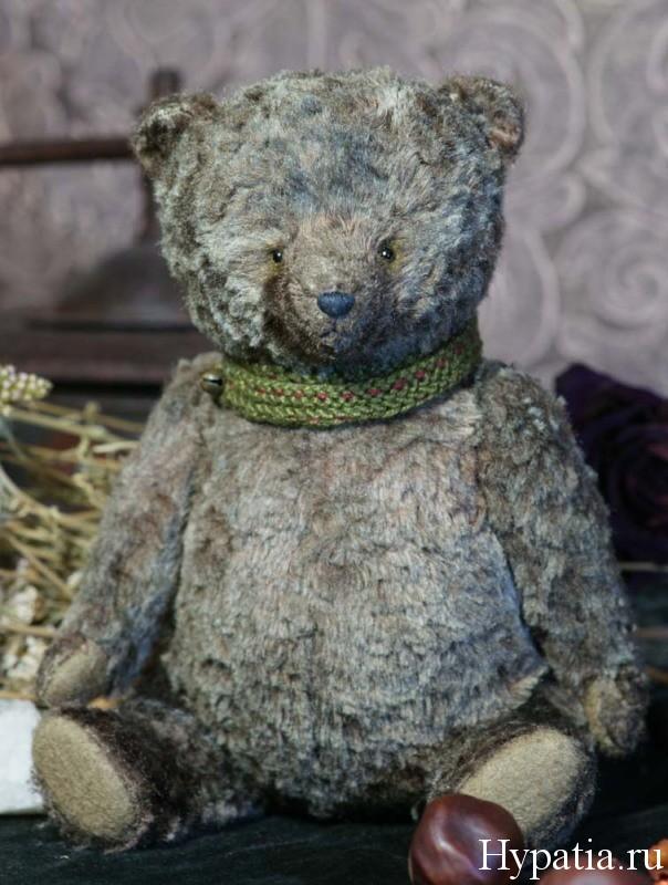 Медведь с опилками, сшит из вискозы.