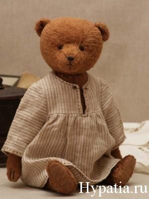 Плюшевый мишка Тедди в платье в полоску.