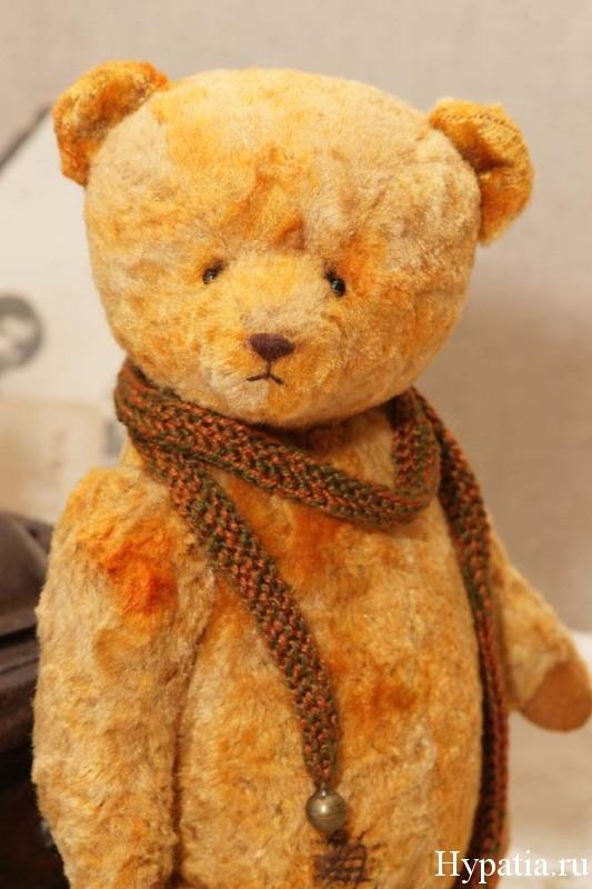 Старый винтажный медведь с опилками