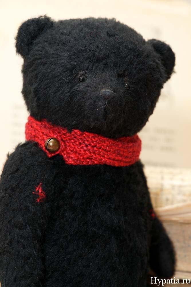 Чёрный мишка с красным шарфом