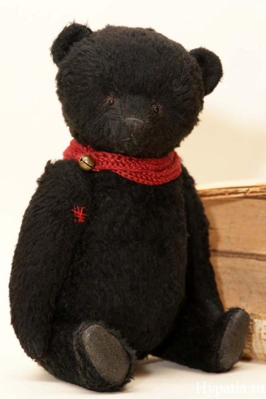 Чёрный медведь авторский с красным шарфом.