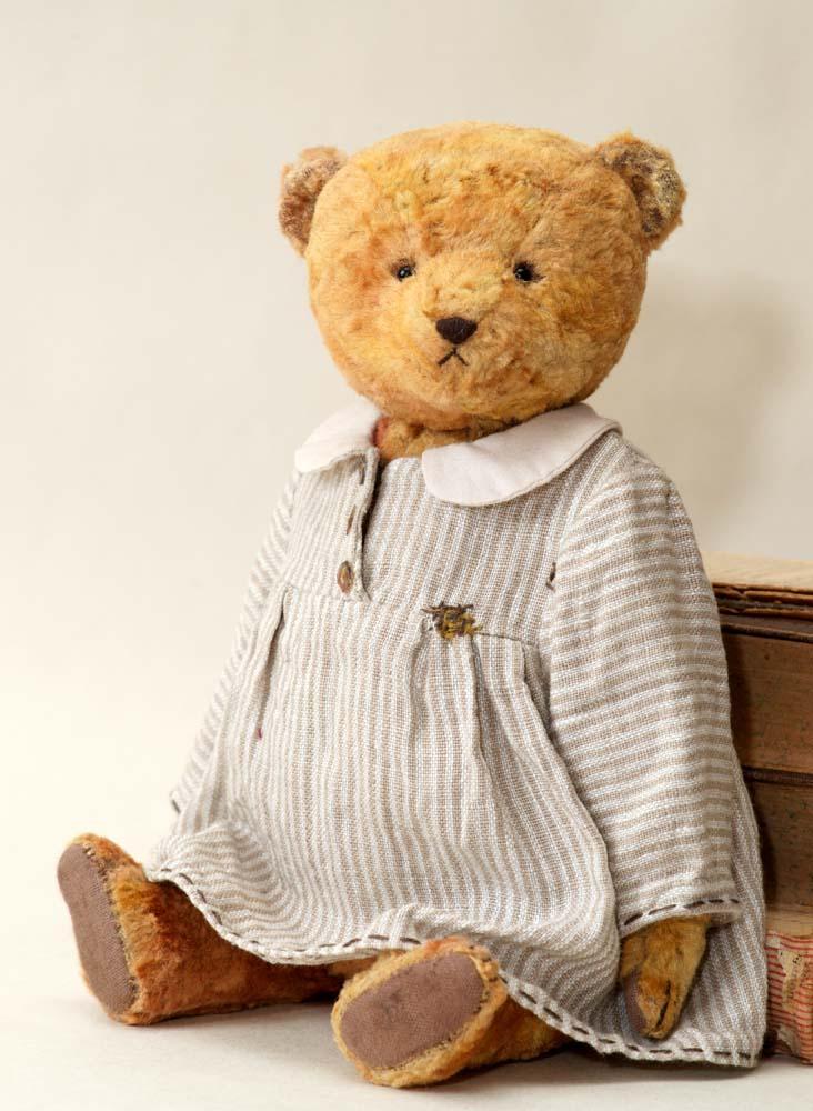 Коллекционные медведи Тедди в одежде.