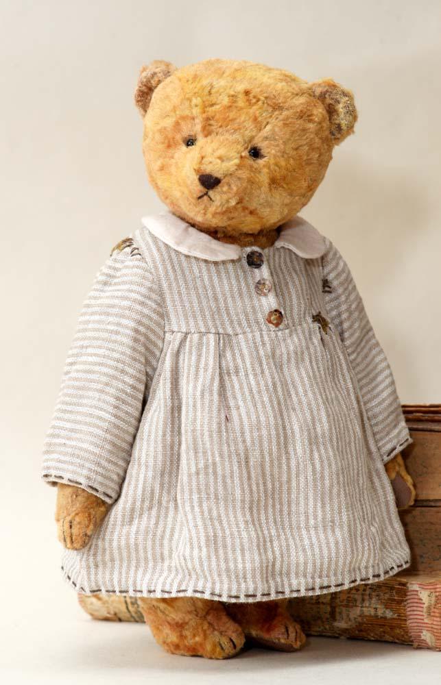 Винтажный мишка в стиле ретро, платье и одежде.