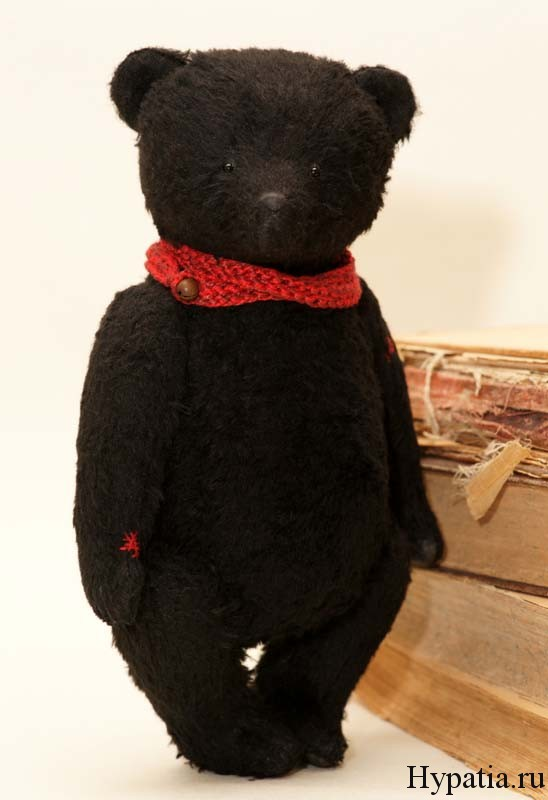 Чёрное и красное, коллекционный мишка