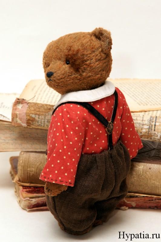Медведь в штанах с подтяжками.