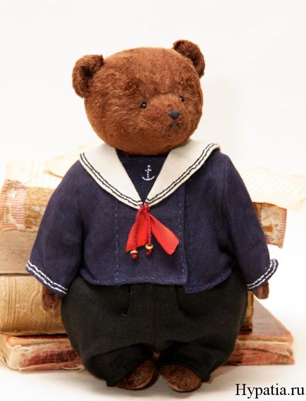 Медведь в морском костюме