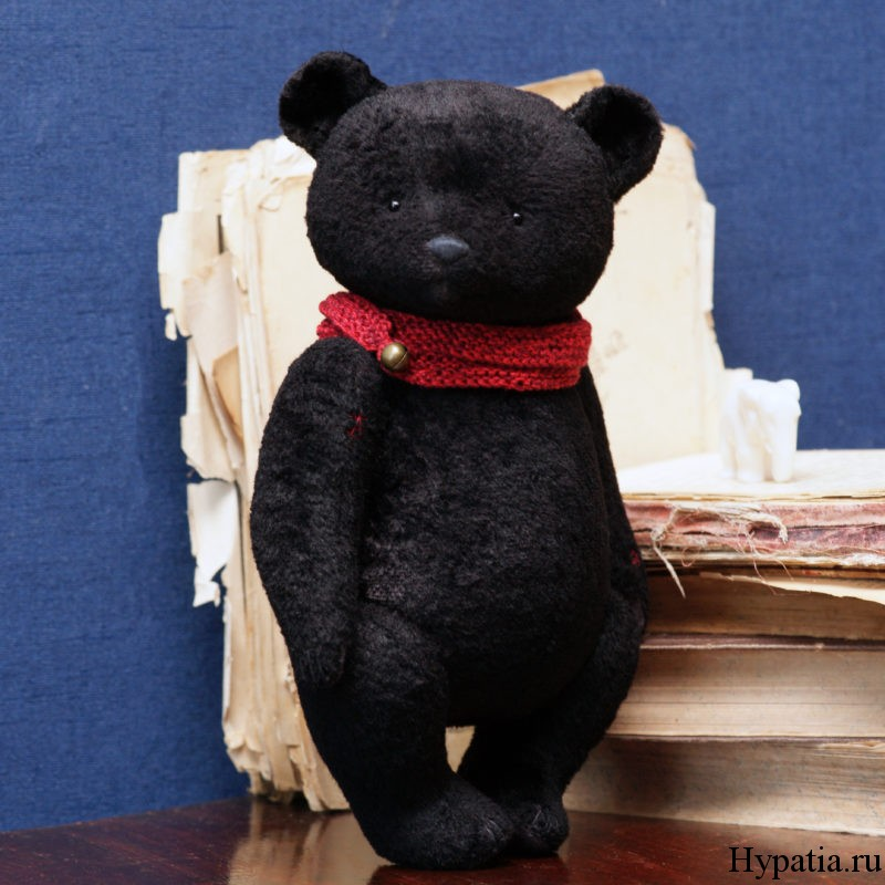 Черный медведь в красном шарфе