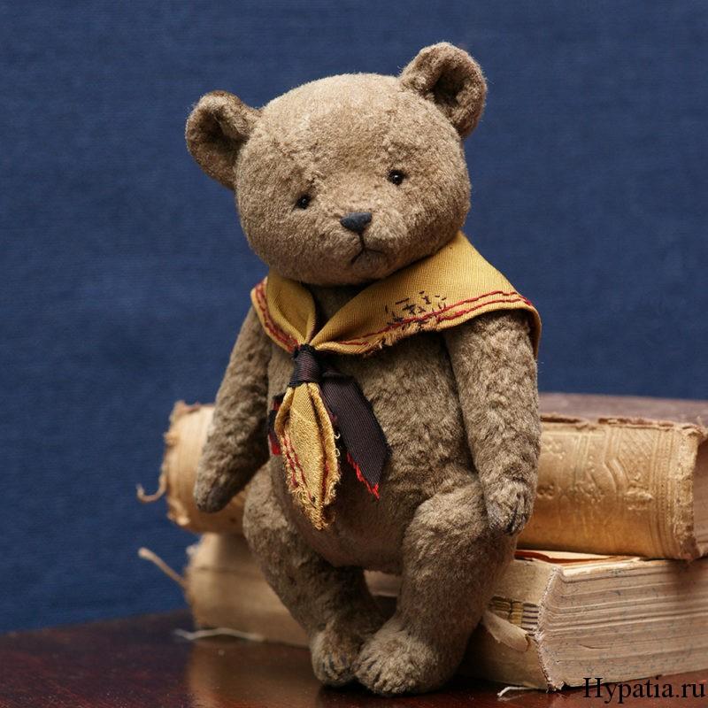 Серый плюшевый медведь